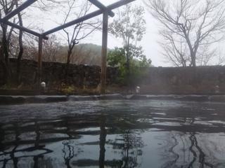 18.04.12雨の露天風呂.png