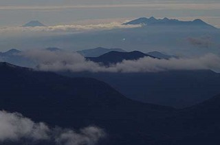 19.10.01雲の向こうに富士山.jpg